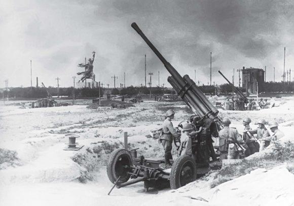 Во время войны в Москве рисовали деревья и строили городки из снега