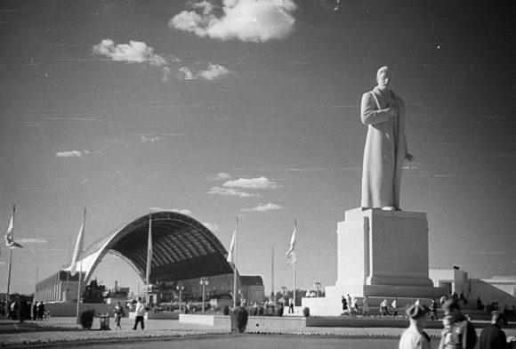 25-метровая железобетонная статуя Сталина перед павильоном Механизации